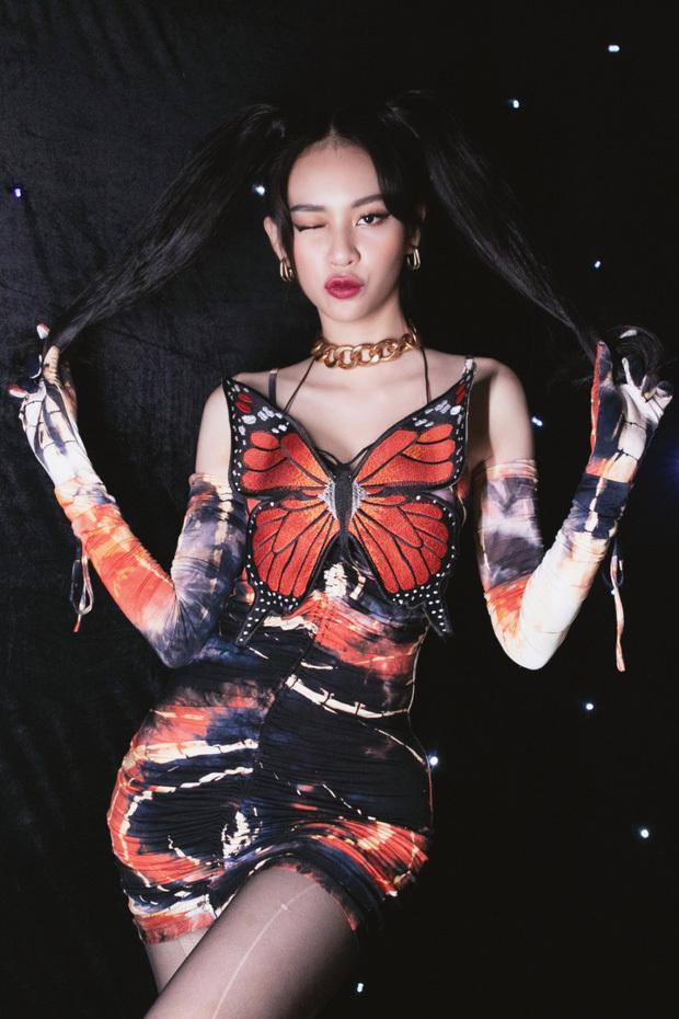 """Nhìn chiếc đầm """"Cánh bướm dối gian"""" của Phí Phương Anh, người ta lại nhớ ngay tới bộ váy từng gây tranh cãi của Chi Pu"""