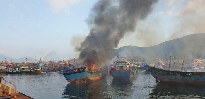 Cháy tàu cá liên hoàn ở Cảng cá Thọ Quang