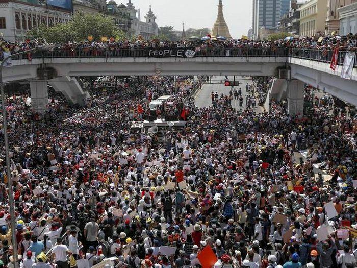Myanmar: Biểu tình tiếp diễn bất chấp việc quân đội điều binh
