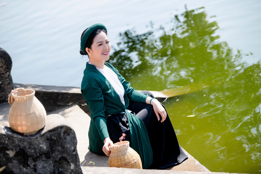 NSND Công Lý giả gái trong MV của ca sĩ Đinh Hiền Anh