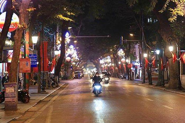 Chùm ảnh: Hà Nội đẹp ngỡ ngàng trong đêm trước Tết Nguyên đán