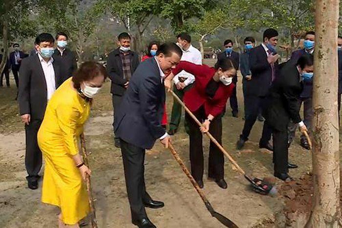 Bộ trưởng Bộ Tài chính Đinh Tiến Dũng trồng cây tại Khu di tích lịch sử văn hóa Cố đô Hoa Lư