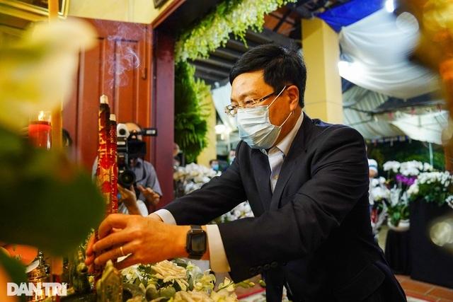 Phó Thủ tướng thắp hương, chia buồn cùng gia đình ông Trương Vĩnh Trọng