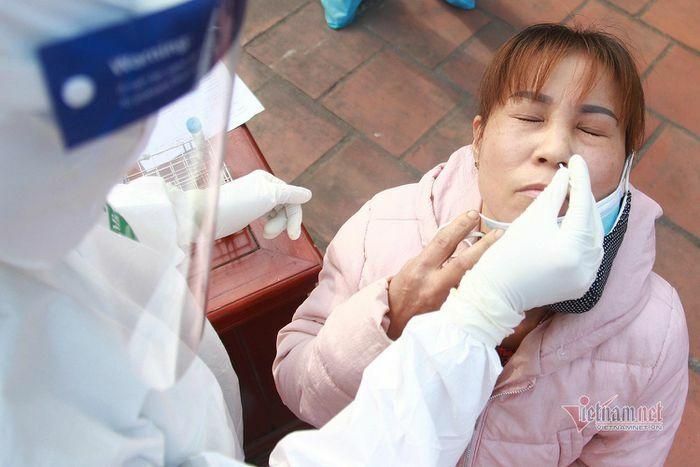 Hình ảnh ngày đầu tiên xét nghiệm cộng đồng tại TP Chí Linh