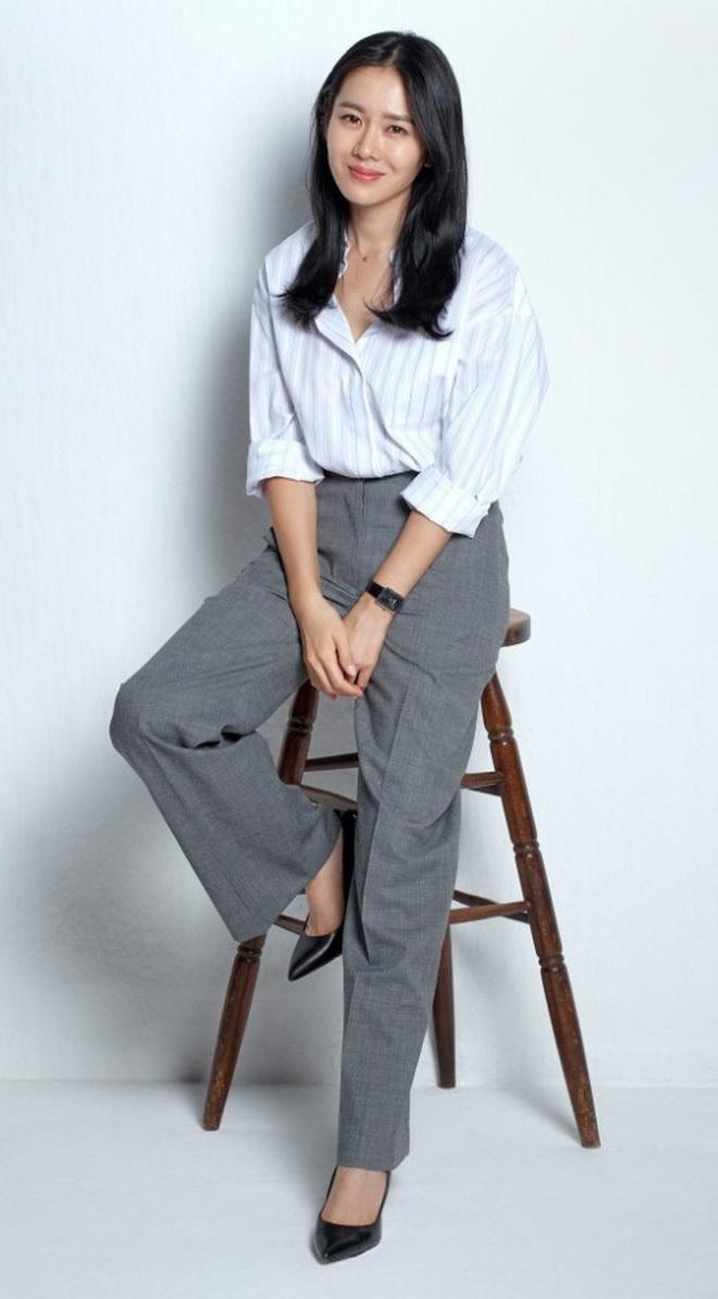 Quần ống rộng phổ biến như thế mà Son Ye Jin rất hiếm khi mặc, và đây chính là lý do