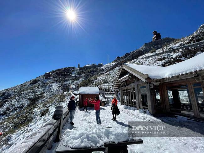 29 Tết Tân Sửu, du khách lên Fansipan ngắm tuyết phủ trắng dưới nắng vàng đẹp như tiên cảnh