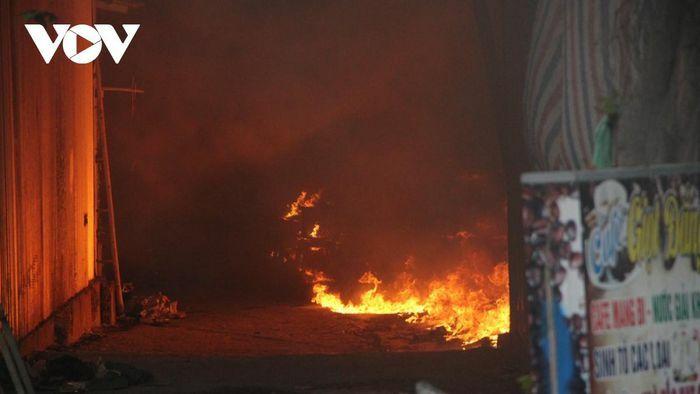 Cháy dữ dội tại dãy ki ốt ở Bình Dương, người dân hốt hoảng