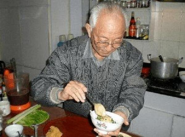 Bí quyết sống thọ của cụ ông 50 năm không bị cảm, 60 năm cân nặng không đổi