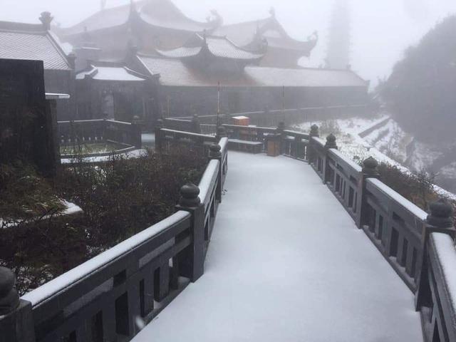 Mưa tuyết bất ngờ xuất hiện trên đỉnh Fansipan
