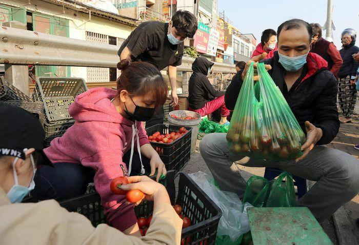 Người dân Hà Nội chung tay tiêu thụ nông sản Hải Dương