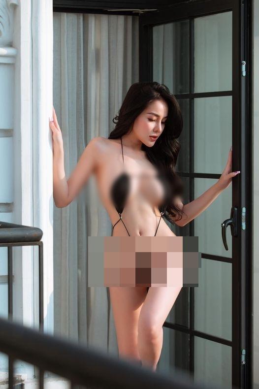 Ngân 98 khoe da thịt với áo tắm tí hon nhưng bị bóc photoshop lố