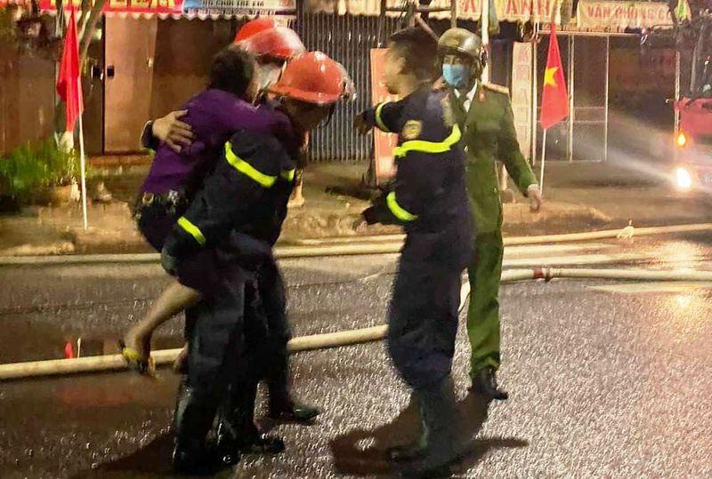 Phá cửa cứu 6 người mắc kẹt trong vụ cháy nhà ngày mùng 4 tết