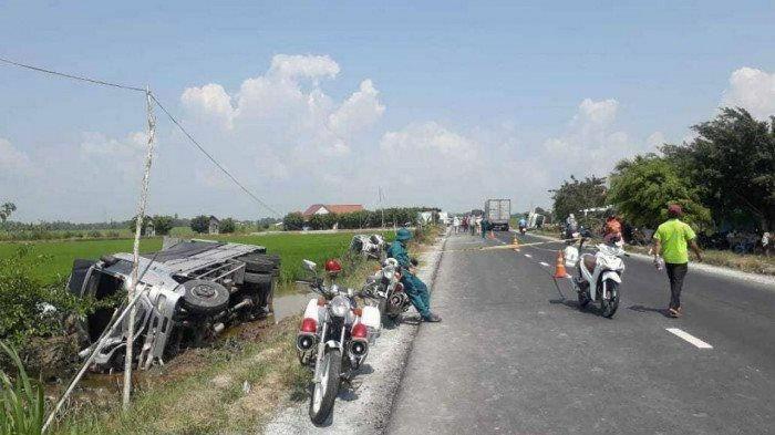 Xe tải tông vào đuôi xe khách đang dừng đỗ, 8 người thương vong
