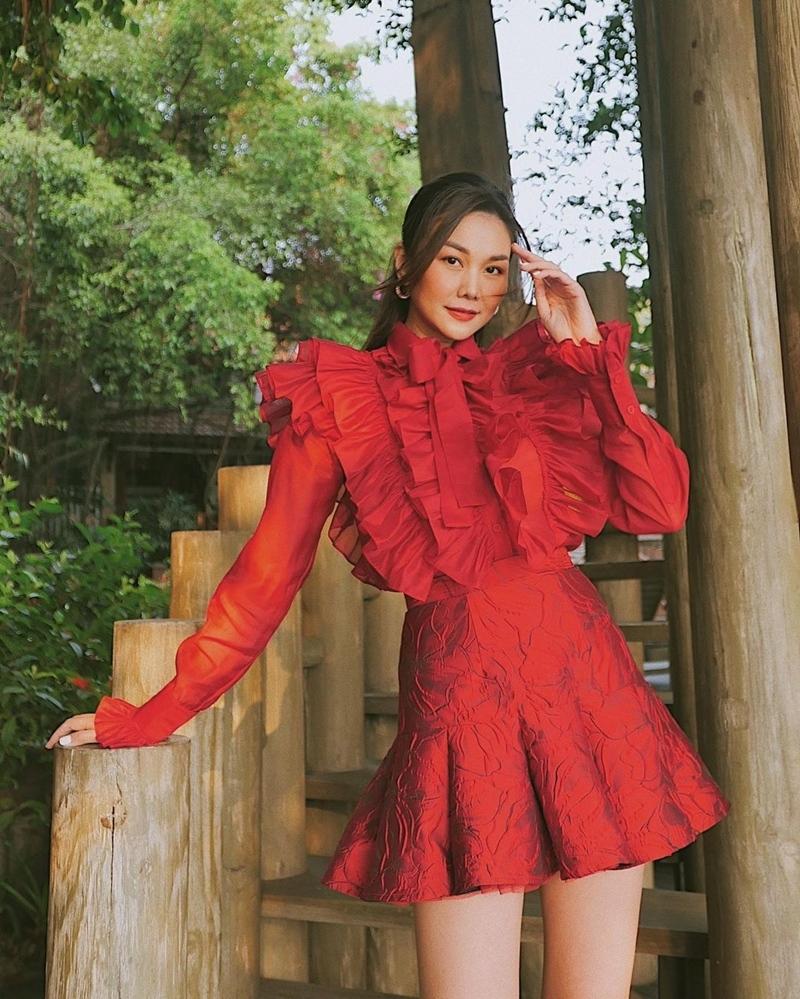 Street style nhuốm sắc đỏ ngày khai xuân của dàn mỹ nhân Việt