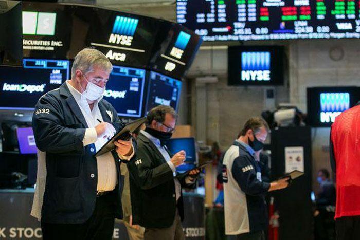 Chứng khoán Mỹ: Nhà đầu tư ồ ạt mua vào, Dow Jones lại lập kỷ lục