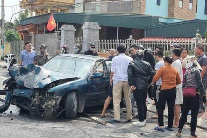 Người dân lôi lái xe biển xanh ra khỏi vụ tai nạn