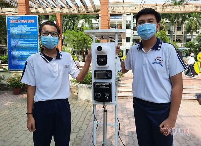 """Hai nam sinh cấp 2 chế tạo máy đo thân nhiệt """"3 trong 1"""" với giá thành siêu rẻ"""