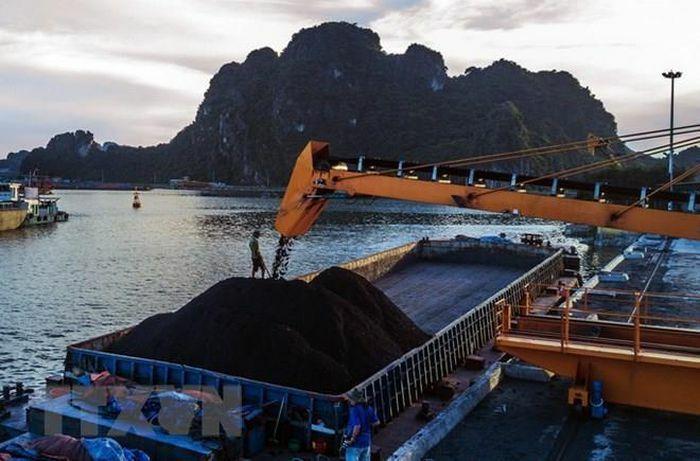 Bốc rót tấn than đầu tiên năm Tân Sửu 2021