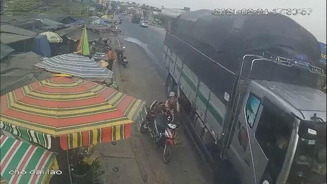 Thót tim xe tải vượt ẩu, hất văng 3 mẹ con thoát chết trong gang tấc