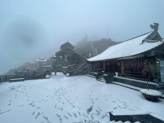 Tuyết bất ngờ rơi dày trên đỉnh Fansipan