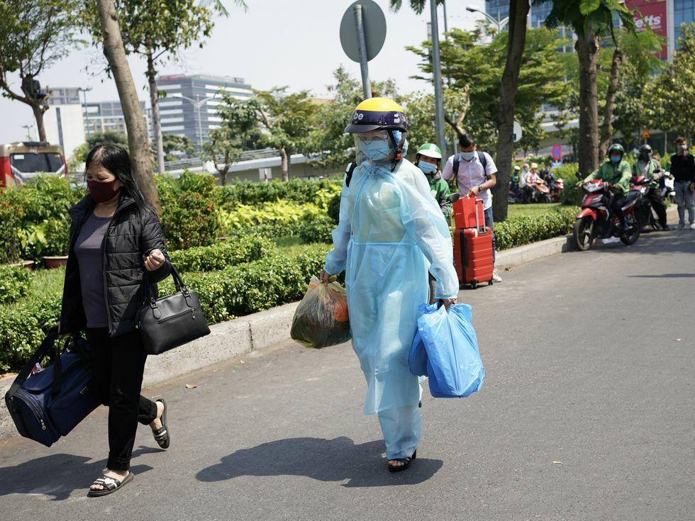 Dịch Covid-19: Nhiều người ở lại Sài Gòn ăn Tết nhưng sân bay Tân Sơn Nhất vẫn kín người