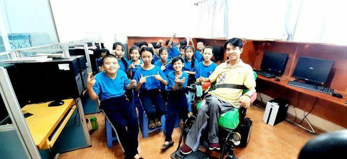 Nghị lực kiên cường của thầy giáo ngồi xe lăn