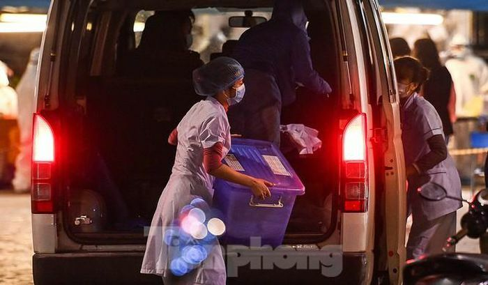"""Trắng đêm """"xét nghiệm"""" khẩn cấp cho cư dân tòa nhà 88 Láng Hạ"""