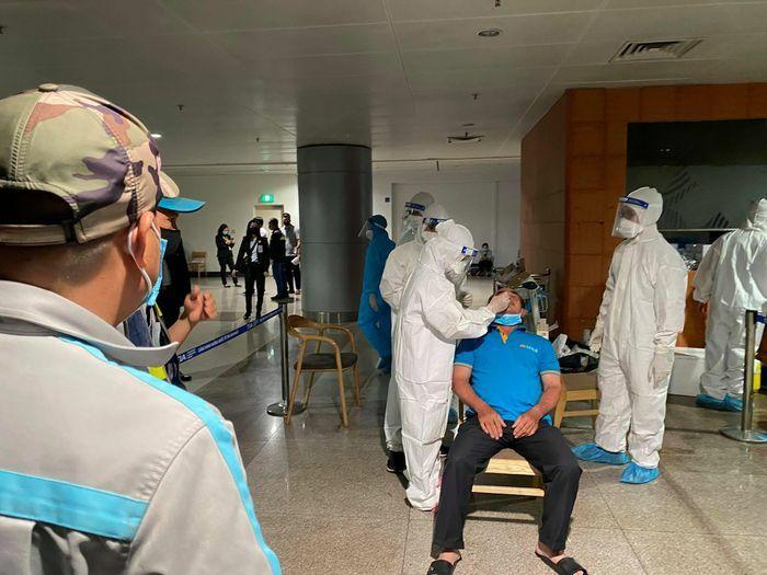 Bốn mẫu gộp của nhân viên Tân Sơn Nhất nghi nhiễm COVID-19