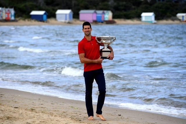 """Djokovic """"khoe"""" cúp Norman Brookes trên bãi biển Melbourne"""