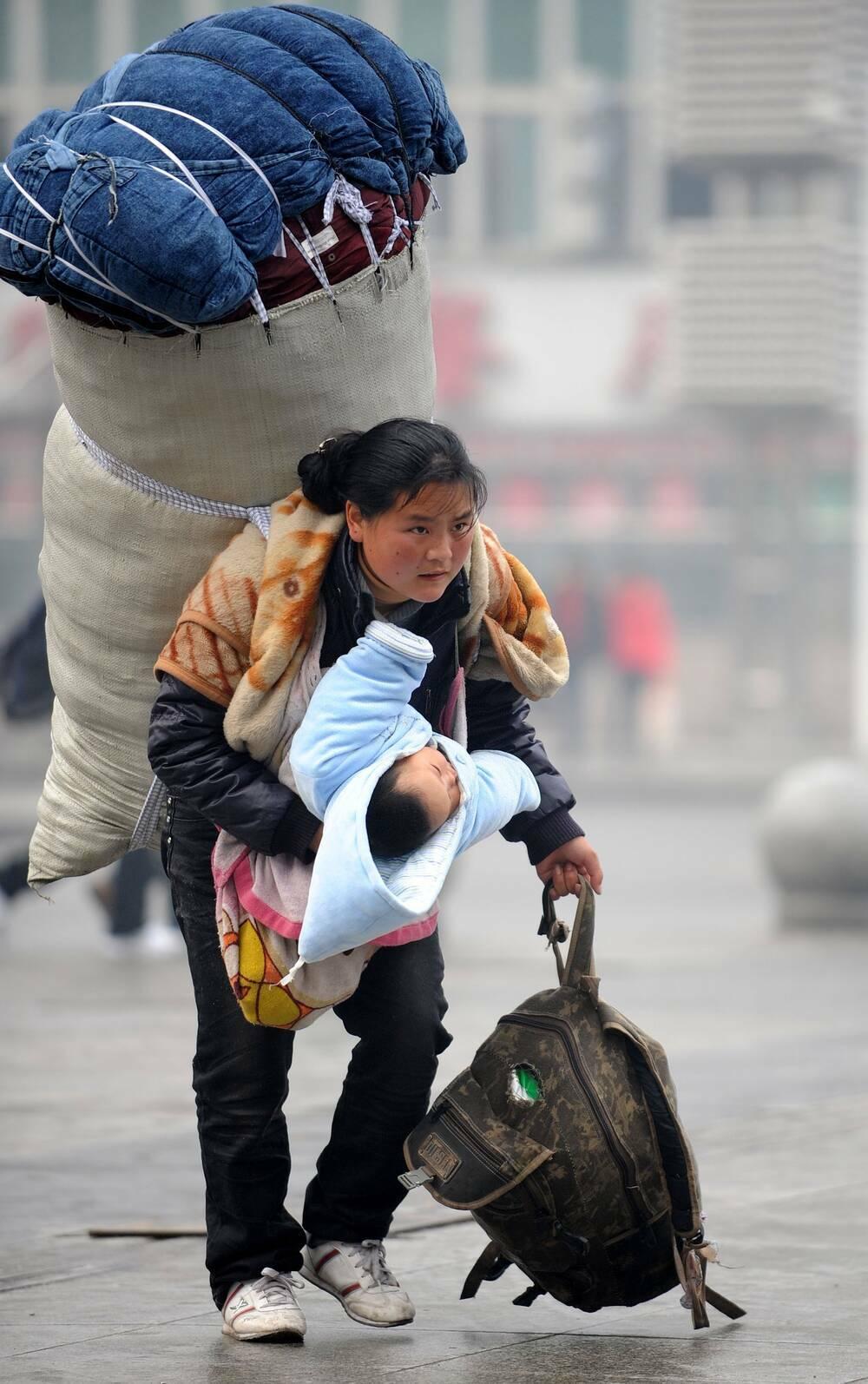 11 năm sau bức ảnh nổi tiếng, cuộc sống của bà mẹ trẻ Trung Quốc bây giờ ra sao?