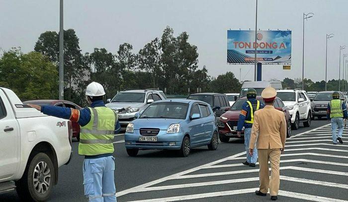 Lưu lượng giao thông tăng nhẹ do người dân đi du xuân đầu năm