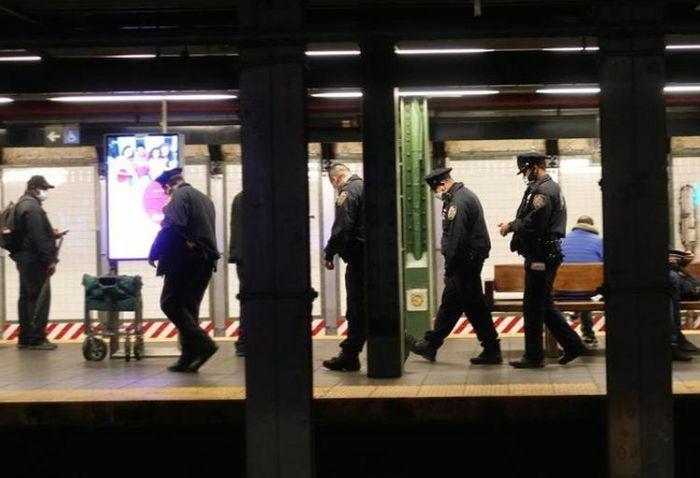 Hàng trăm cảnh sát phong tỏa các ga tàu điện ngầm New York do đâm dao hàng loạt