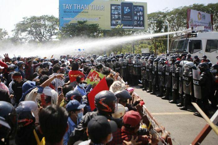 Cảnh sát xông vào trụ sở đảng của bà Aung San Suu Kyi