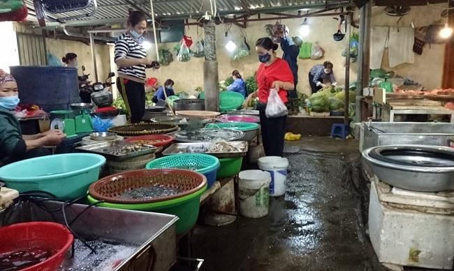 Ế ẩm, tiểu thương chợ dân sinh bán thịt tặng kèm rau xanh