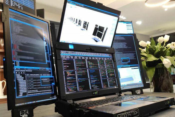 Chiếc laptop có 7 màn hình, nặng gần 12 kg