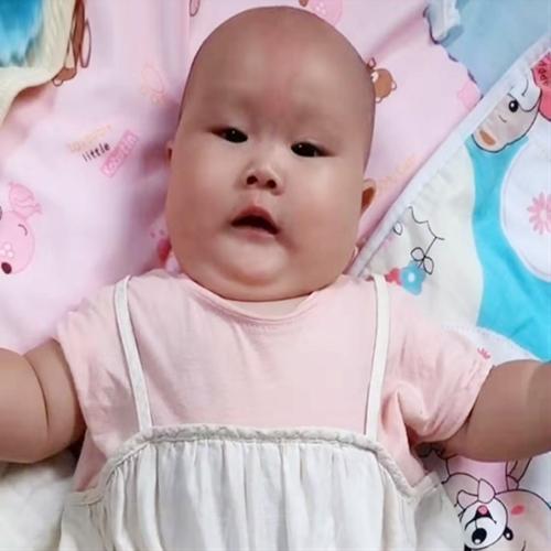 Khác biệt gây choáng váng sau 3 tháng của cặp sinh đôi trong đó 1 bé ăn sữa công thức, 1 bé bú mẹ hoàn toàn
