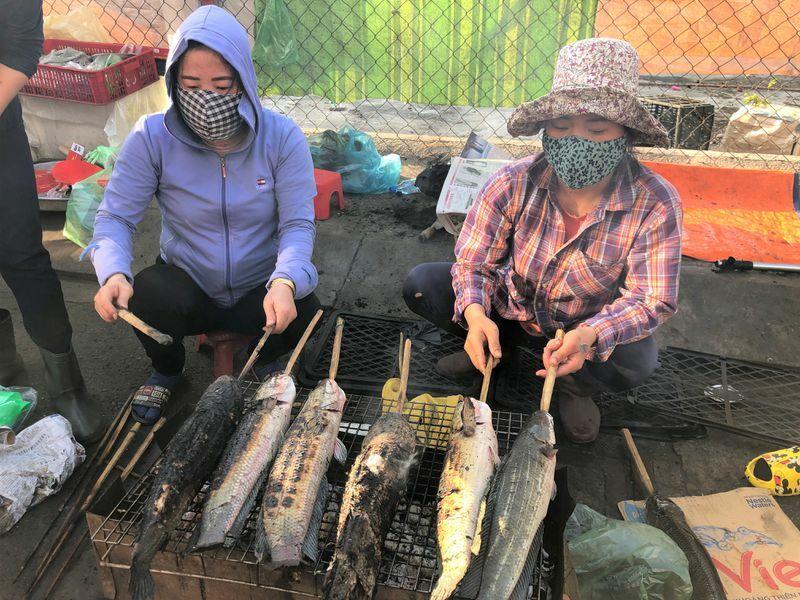 Ngày vía Thần Tài: Người trẻ thích đi chợ xem và mua cá lóc nướng