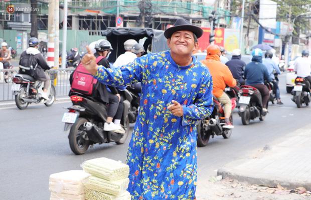 """Gặp người cha """"khùng"""" mặc áo dài nhảy múa trên đường phố Sài Gòn nuôi 3 đứa con ăn học: """"Mình có lường gạt ai đâu mà phải xấu hổ"""""""