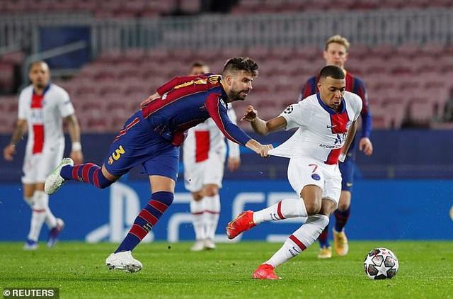 Lập hattrick trên sân Nou Camp, Mbappe làm lu mờ Messi