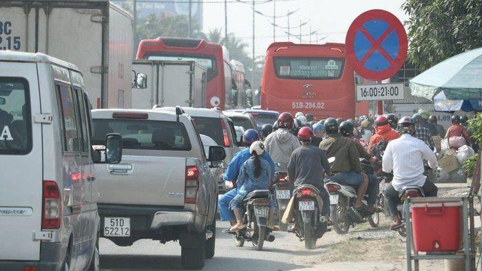 Người dân ùn ùn về quê ăn Tết, quốc lộ 1 kẹt xe cục bộ