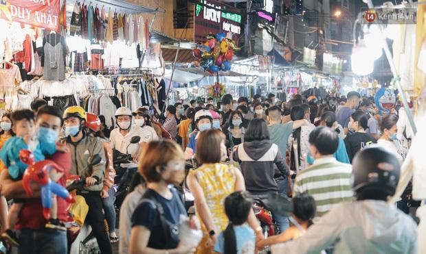 Chợ thời trang lớn nhất Sài Gòn đông nghẹt khách, người dân đeo khẩu trang đi mua sắm Tết