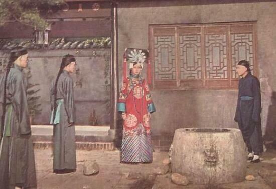 Miệng giếng ở Tử Cấm Thành nhỏ đến mức không thể nhét đầu lọt qua, vậy làm sao Từ Hi Thái hậu có thể đẩy sủng phi của Hoàng đế xuống?