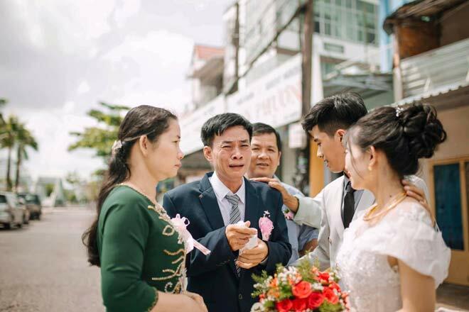 Bố vợ gục vào vai con rể khóc nức nở trong ngày cưới, nói một câu bất ngờ