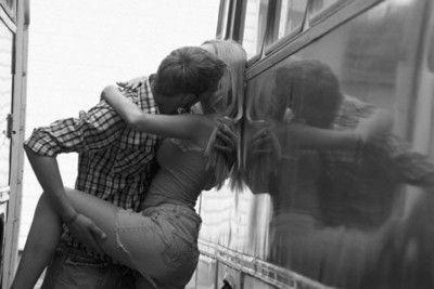 """Cặp đôi thản nhiên diễn """"cảnh nóng"""" ở trạm xe buýt"""