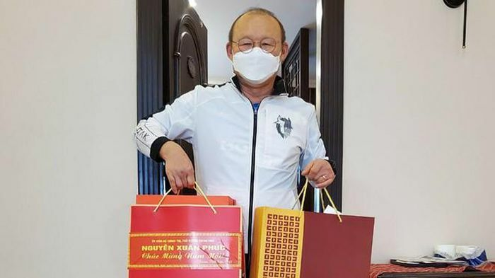 Thủ tướng gửi quà Tết cho HLV Park Hang Seo