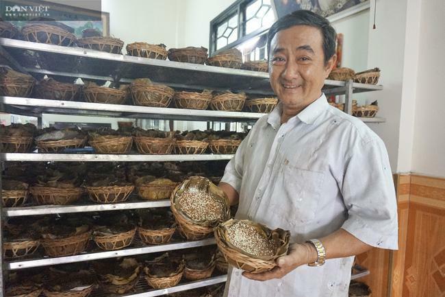 Quảng Nam: Làm thứ bánh cúng tổ tiên lạ mắt bán dịp Tết Nguyên đán, ông nông dân này cứ 1 ngày thu 1 triệu