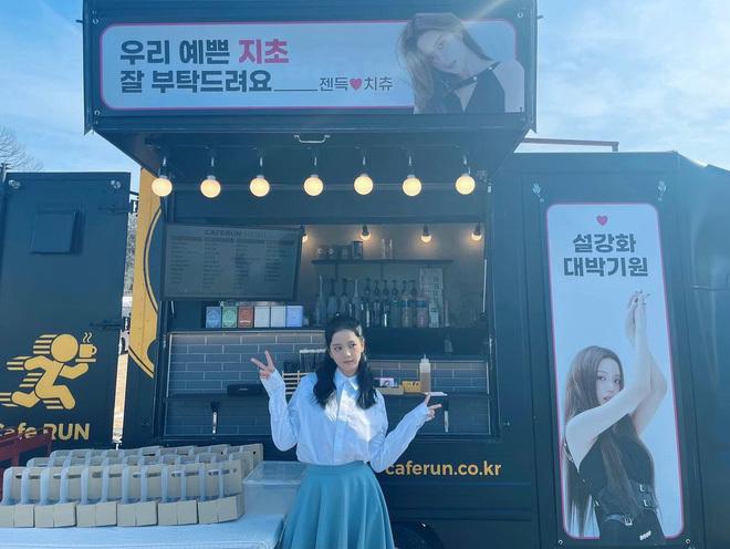 Jennie – Lisa gửi xe cafe tới tận phim trường ủng hộ phim đầu tay của Jisoo, đừng ai đồn BLACKPINK bất hòa nữa nhá!