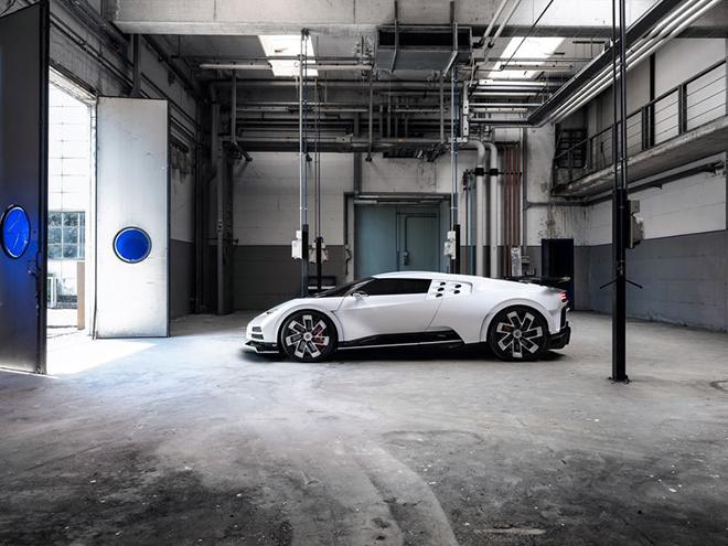 Cristiano Ronaldo tậu Bugatti Centodieci, siêu xe đắt đỏ giá hơn 215 tỷ VND