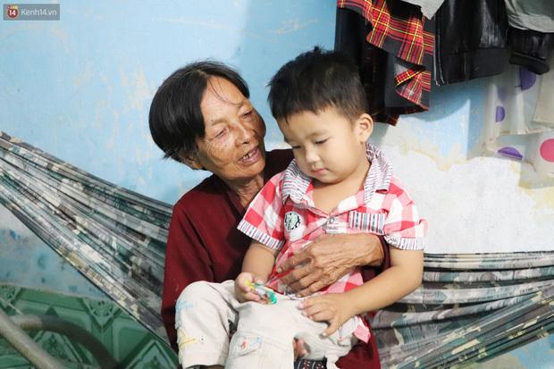 """Cha bị tai nạn, đứa trẻ 3 tuổi bơ vơ cùng bà nội: """"Tôi chỉ mong nó khỏe mạnh để về mà lo cho con, nó đã khổ lắm rồi"""""""