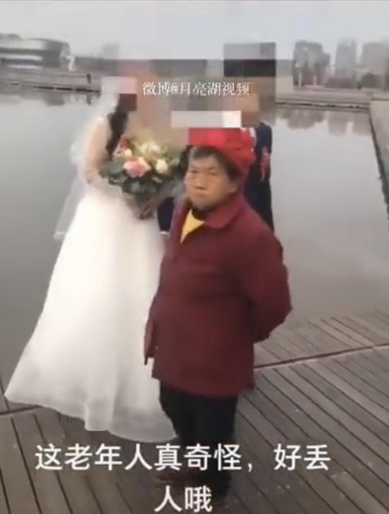 Bà cụ 'ăn vạ' trong từng khung hình cưới của cặp đôi sau khi bị từ chối cho tiền
